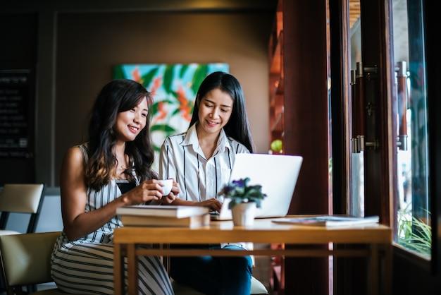 コーヒーショップカフェで一緒にすべてを話している2人の美しい女性 無料写真
