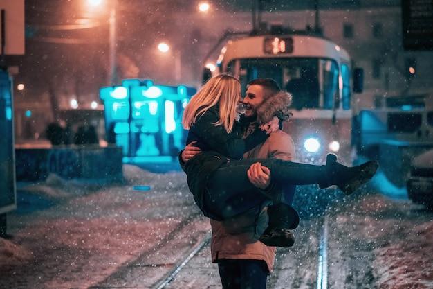 雪に覆われた路面電車の路上で若い大人2名様 無料写真