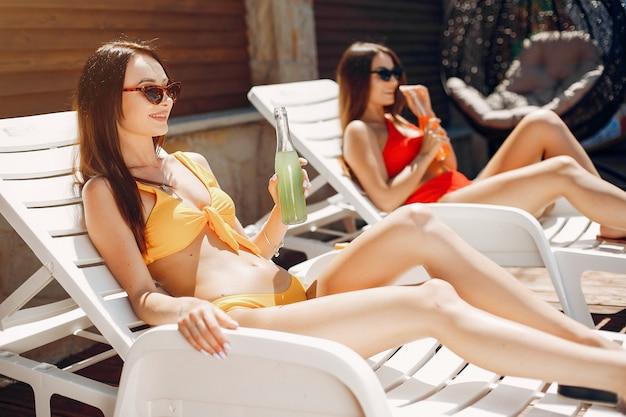 リゾートの2人のエレガントでスタイリッシュな女の子 無料写真