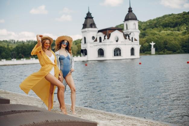 リゾートの2つのエレガントな女の子 無料写真