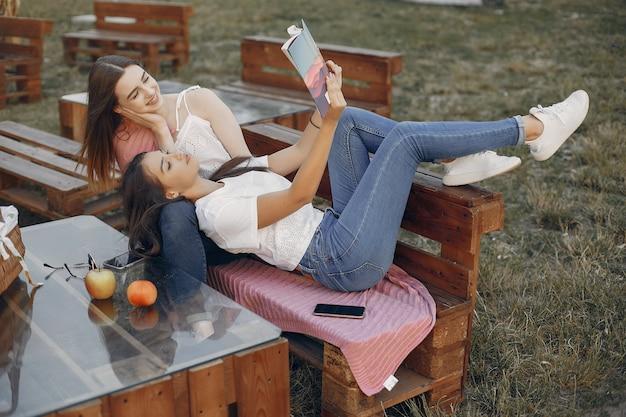 夏の公園の2つの可愛い女の子 無料写真