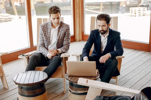 オフィスで働く2人のビジネスマン 無料写真