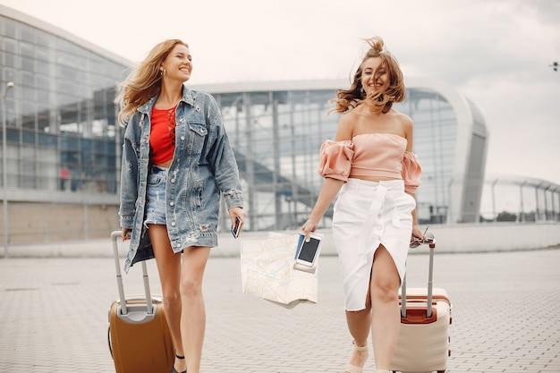 空港のそばに立っている2人の美しい女の子 無料写真
