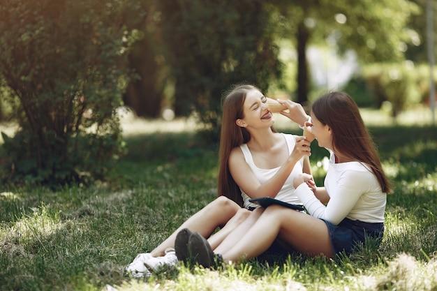 春の公園で2つのエレガントでスタイリッシュな女の子 無料写真