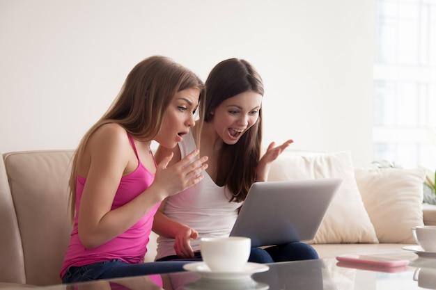オンライン販売の割引にショックを受けた2人の女性 無料写真