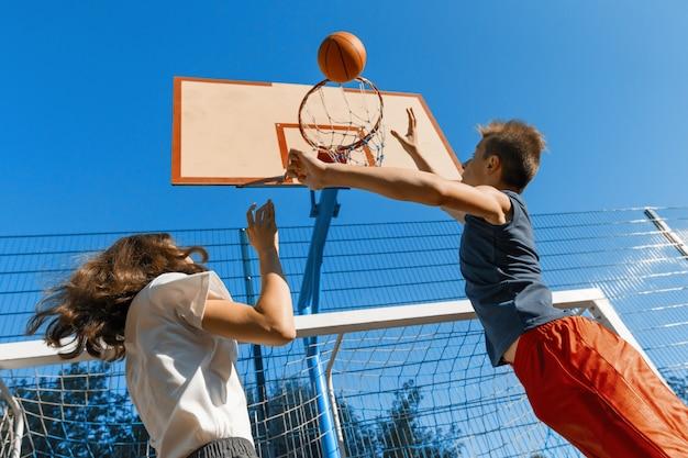 2人のプレーヤーとのストリートボールバスケットボールの試合 Premium写真