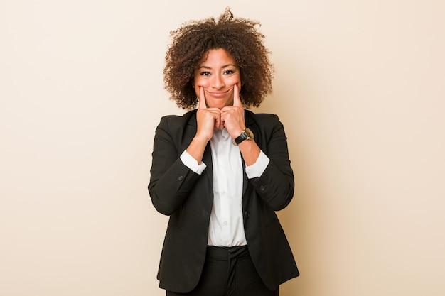 2つのオプションの間を疑っている若いビジネスアフリカ系アメリカ人女性。 Premium写真