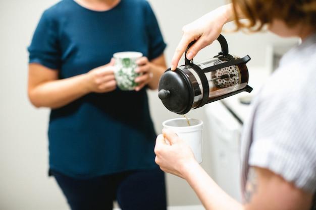 お茶の時間。お茶を飲む2人の女性 無料写真
