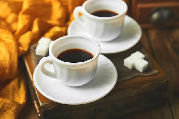 シュガーキューブの近くのコーヒーエスプレッソを2杯 Premium写真