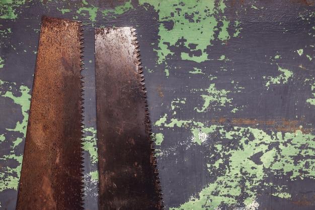 古い金属表面に2つのヴィンテージ手を見た Premium写真