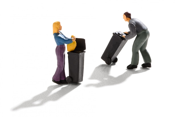 ゴミ箱を使用する2人のミニチュア Premium写真