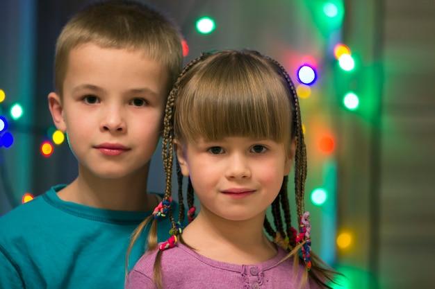 2人の若い幸せな子供の家族の肖像画。 Premium写真