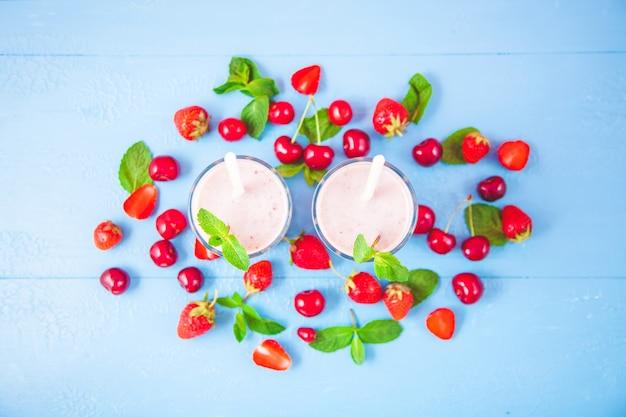 牛乳で作ったスムージー2杯 Premium写真