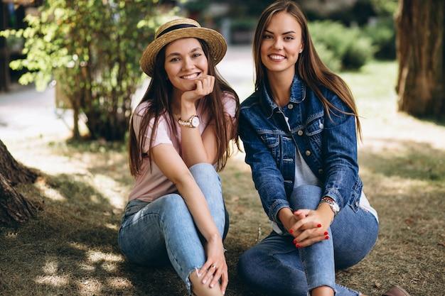 公園に座っている2人の女の子の友達 無料写真