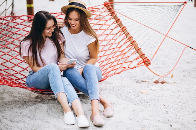 楽しんでいる2人の女の子の友達 無料写真