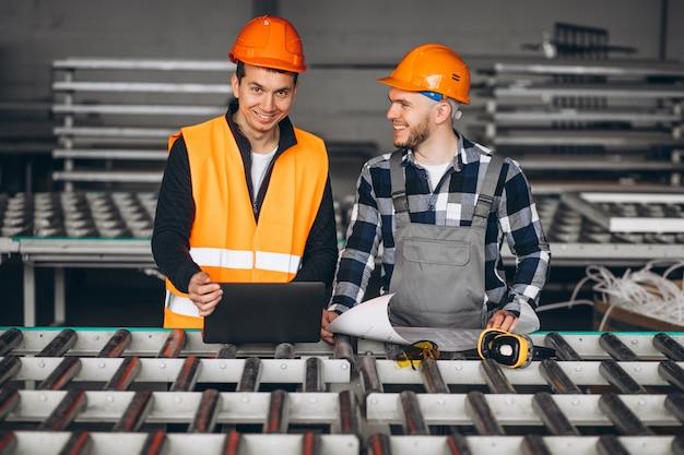 工場で2人の同僚 無料写真