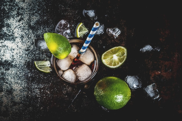 キューバリブレ、ロングアイランドまたはアイスティーカクテル、強いアルコール、コーラ、ライム、アイス、グラス2杯 Premium写真