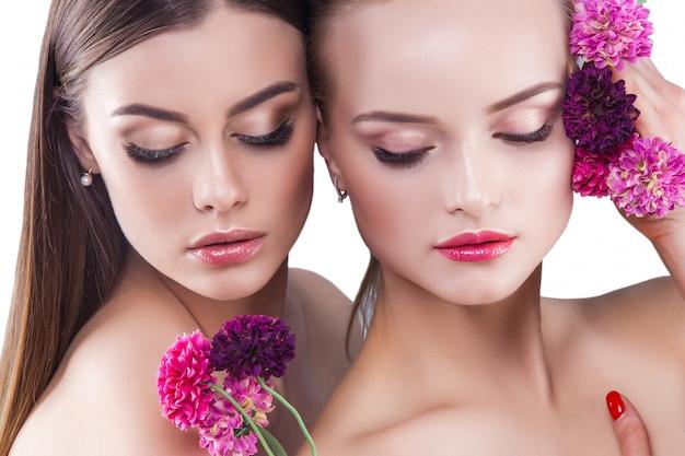 2人の魅力的な若い女性の美しい女性の美しさの肖像画。化粧品、まつげのクローズアップ。ファッションの肖像画。 Premium写真