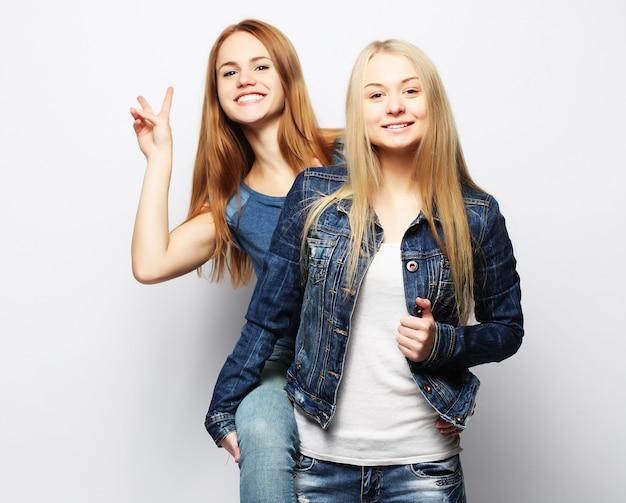 2人の若い友人の女の子 Premium写真