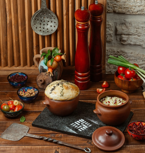 米と生地の皮が付いた2つの陶器の瓶、漬物添え 無料写真