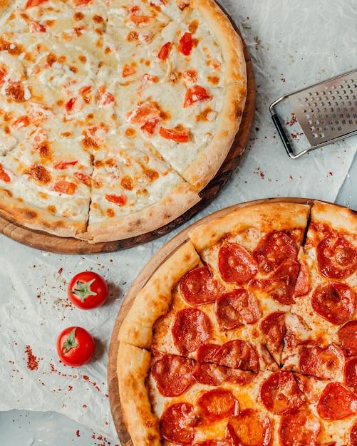 テーブルの上の2種類のピザ 無料写真