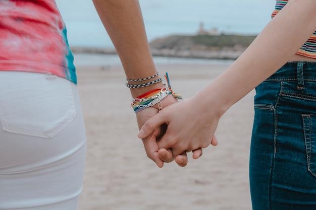 手を繋いでいる2人の女性-画像 Premium写真