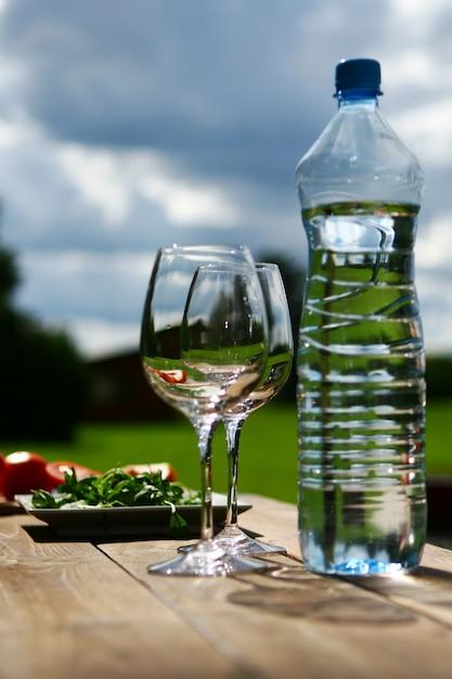 テーブルの上に水を2杯 無料写真