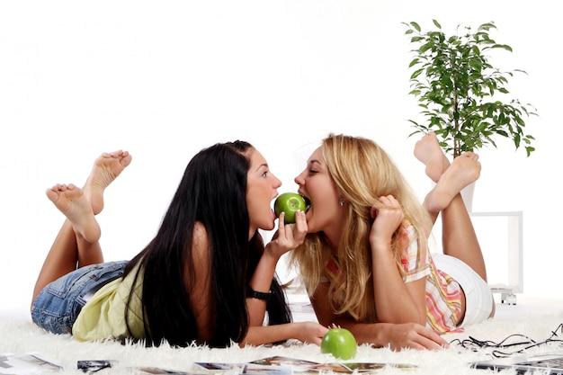自宅で2人の若い女の子 無料写真