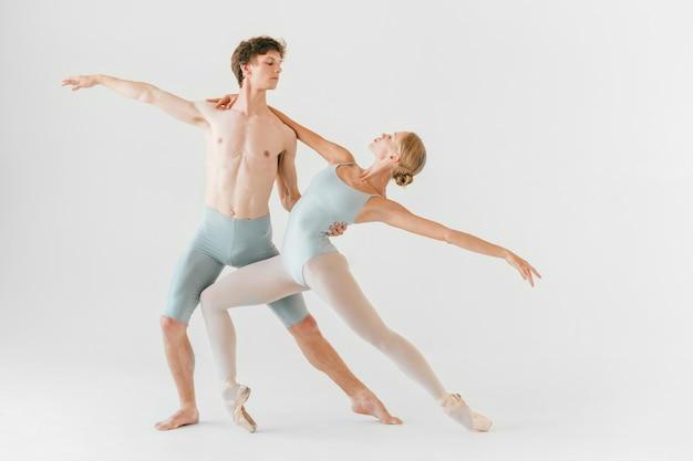 2人の若いクラシックバレエダンサーの練習 Premium写真