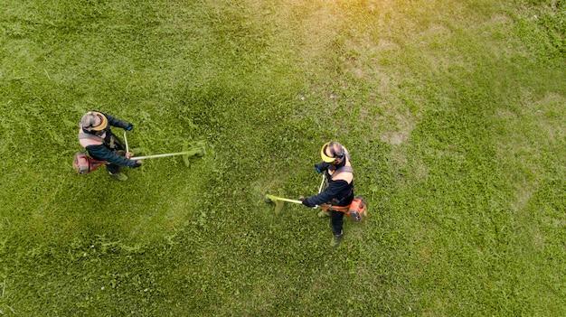 2つの芝刈り機はドローンの上面から草を刈る Premium写真