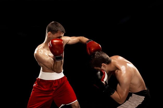 煙のような黒い背景に2つのプロのボクサーボクシング 無料写真