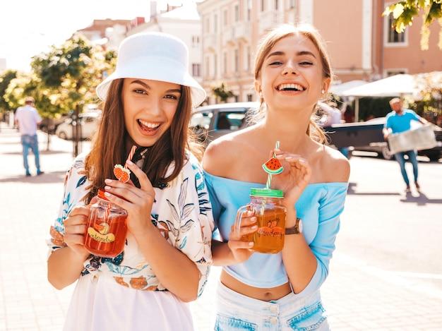 トレンディな夏服とパナマ帽子の2人の若い美しい笑顔流行に敏感な女の子。 無料写真