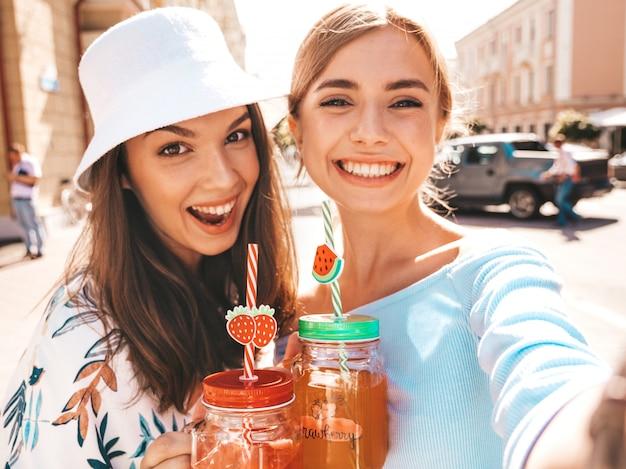 トレンディな夏服で2人の若い美しい笑顔流行に敏感な女の子 無料写真