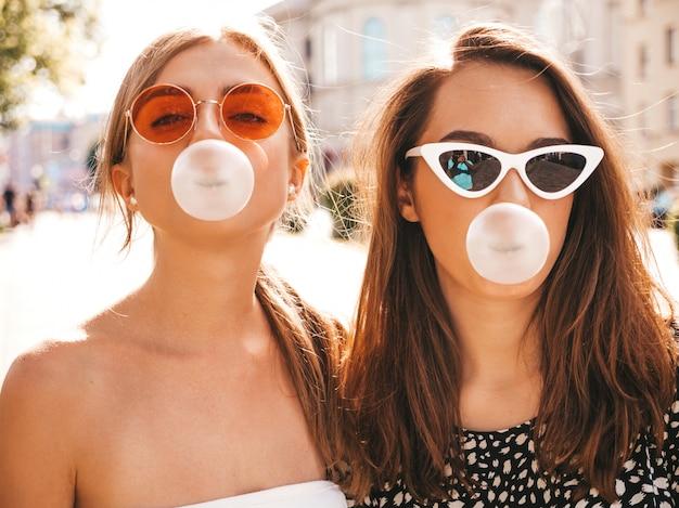 トレンディな夏服で2人の若い美しい笑顔流行に敏感な女の子の肖像画 無料写真