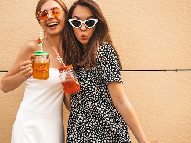 トレンディな夏のドレスの2人の若い美しい笑顔流行に敏感な女の子。 無料写真