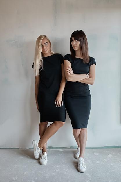 黒のドレスを着た2人の美しい女性 無料写真