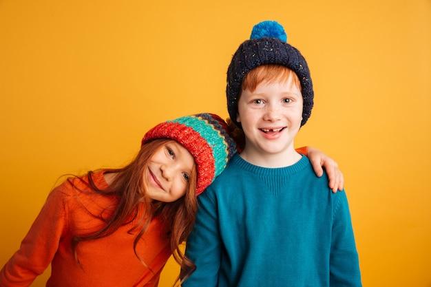 2 счастливых маленького ребенка нося теплые шляпы Бесплатные Фотографии