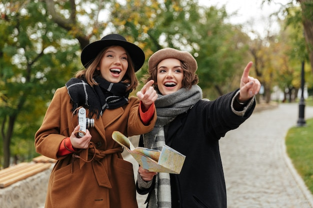 秋の服に身を包んだ2人の陽気な女の子の肖像画 無料写真