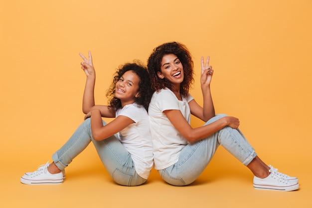 笑顔の2人のアフリカの姉妹の全長 無料写真