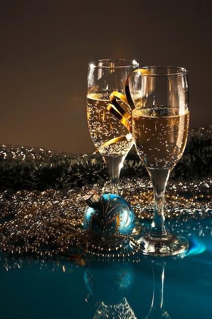 クリスマスの飾りとワイン2杯 Premium写真