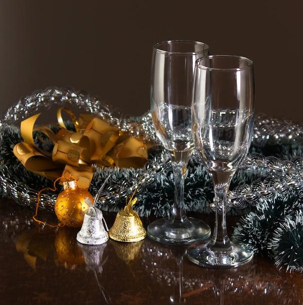 クリスマスの飾りと2つのメガネ Premium写真