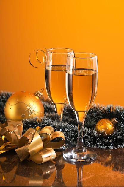 ワイン2杯とクリスマスの装飾 Premium写真