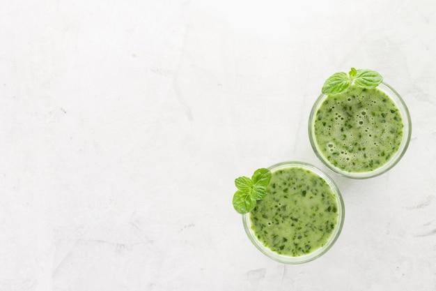 2つの緑色のスムージーのトップビュー 無料写真