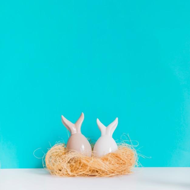 巣の中の2頭の小鳥の小像 無料写真