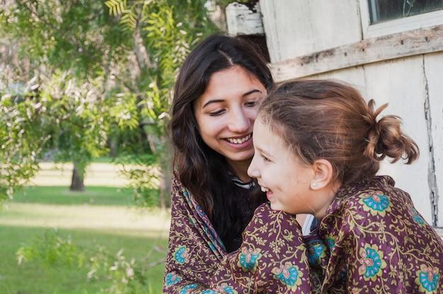 2人の姉妹がショールで包んだ 無料写真