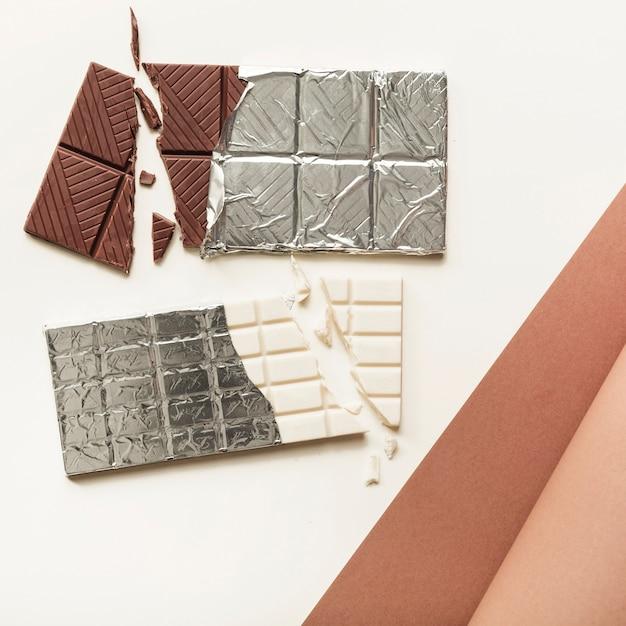 白い背景の銀箔の2つのチョコレートバー 無料写真