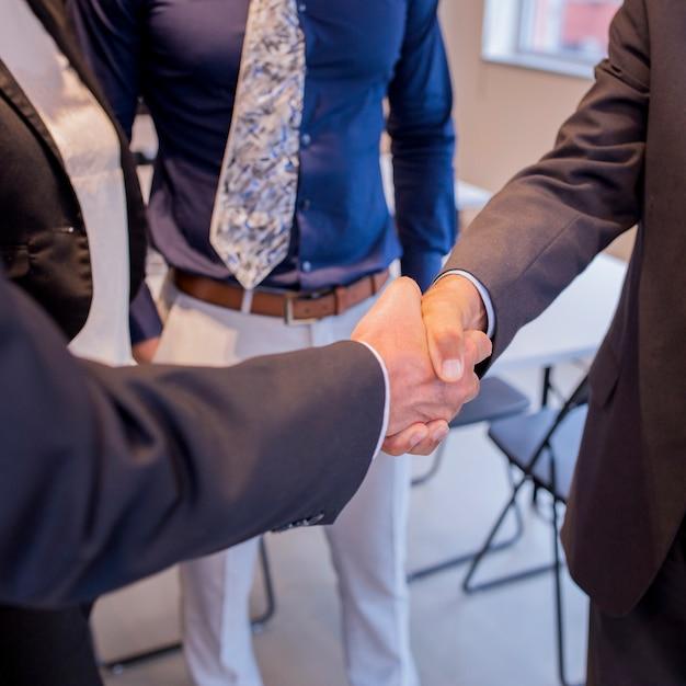 2人のビジネスマンが握手 無料写真