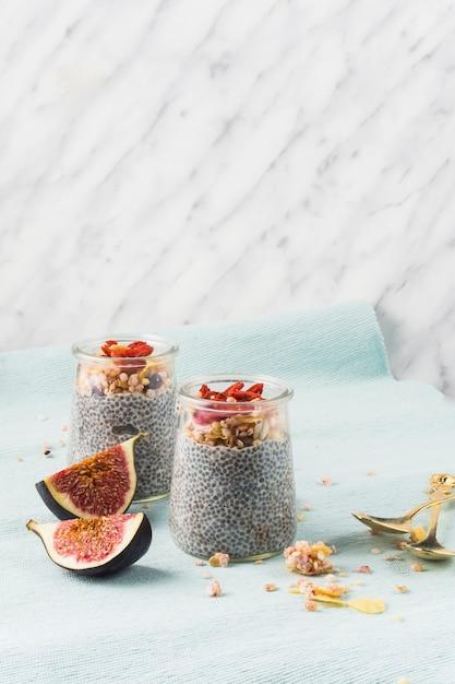 朝の朝食のためのシアの種子プディングと2つのイチジクのスライス 無料写真