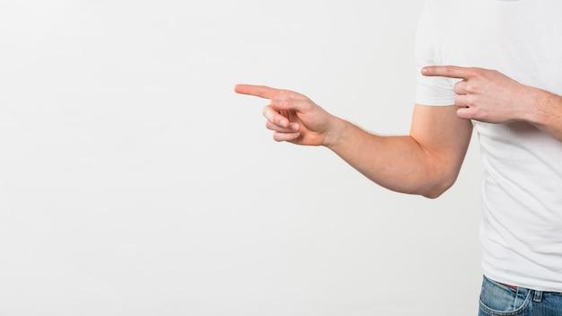 白い背景に分離された彼女の2本の指を指している男の手のクローズアップ 無料写真
