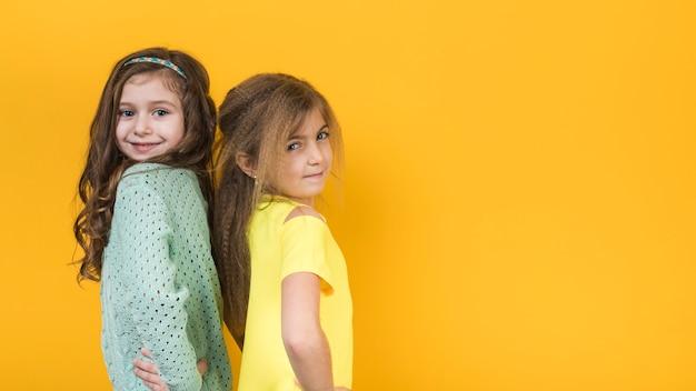 腰に手を取り合って立っている2人の女の子 無料写真